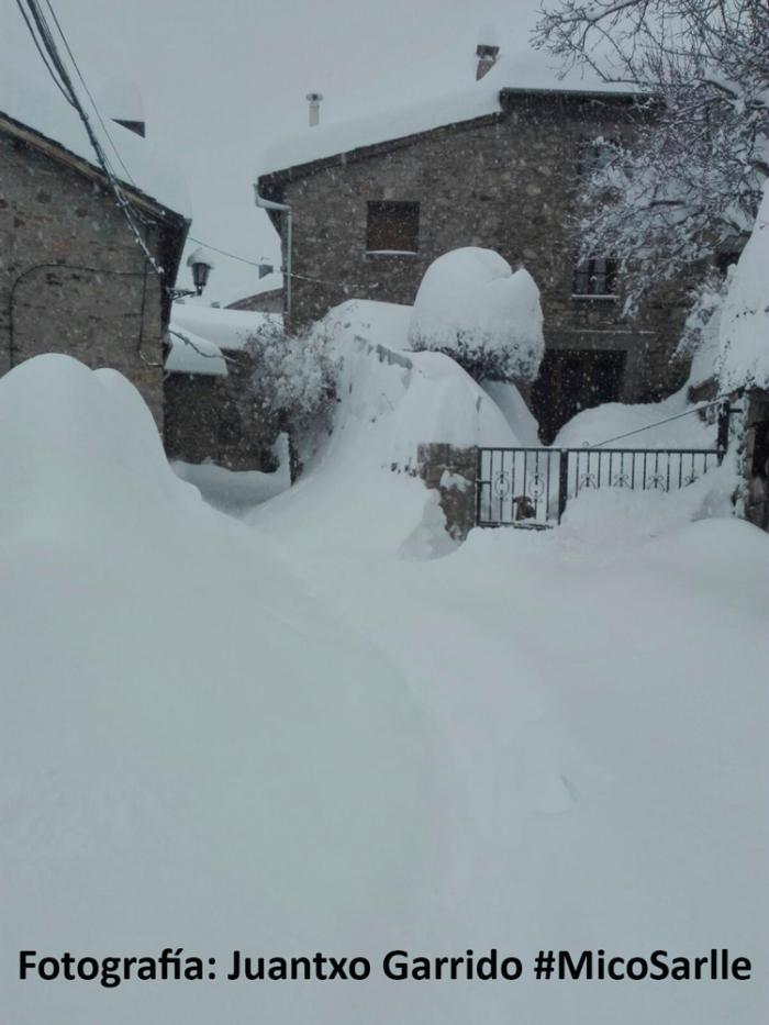 Día 16-Enero-2017, a las 09:30 h: más de un metro de espesor y continuaba nevando #MicoSarlle